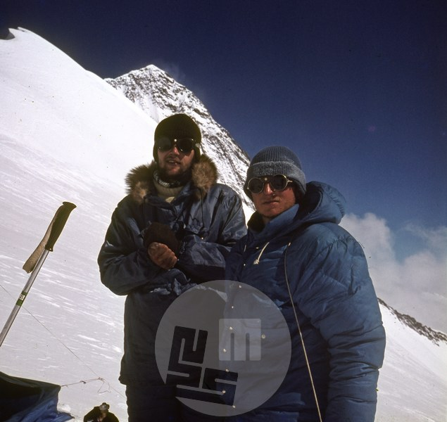 Kazimir Drašlar (desni) in Matija Maležič v taboru VI v dopoldnevu 22. 10.1969 po povratku z vrha Anapurne II (na posnetku v ozadju desno). Foto: Aleš Kunaver.