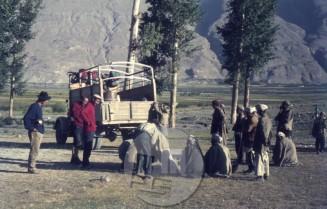 Do vasice Hamdut je odprava pripotovala s kamionom, nato je za prenos tovorov do gora najela nosače. Foto: Aleš Kunaver.