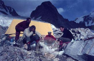 Štirje člani odprave v Hindukuš v baznem taboru – z desne: vodja odprave Aleš Kunaver, Franc Štupnik-Cicko, Tone Sazonov-Tonač in Stane Belak-Šrauf. V času od 4. Do 18. avgusta so osvojili pet vrhov po prvenstvenih smereh. Foto: Kazimir Drašlar.