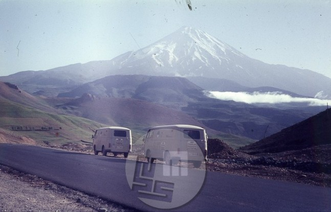 : Odprava na poti proti Hindukušu – kombija v Turčiji, v ozadju piramidasta vulkanska gora Demavend pri Teheranu. Foto: Aleš Kunaver.