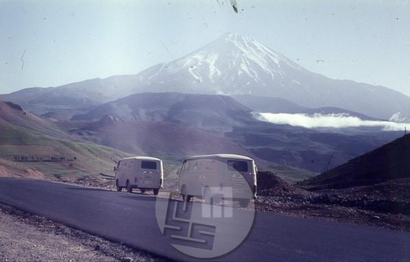 Odprava na poti proti Hindukušu z Imvejevima kombijema, v ozadju piramidasta vulkanska gora Demavend (5671 m, najvišji vrh Irana, na katero so se povzpeli na povratku. Foto: Aleš Kunaver.