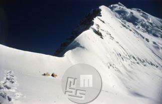 Tabor II je stal na višini 6300 m, na desni je vrh Trisula III. Foto: Aleš Kunaver.