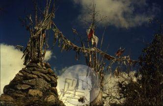 V Nepalu na budističnem ozemlju popotnika ob poti spremljajo neštete molilne zastavice, maniji – kamni z vklesanimi molitvami, čorteni (kapelice), molilni mlini, ki želijo popotniku srečno pot in že pogled na zastavice ali vrtenje molilnih mlinov pomeni za popotnika opravljeno molitev. Foto: Aleš Kunaver.