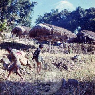 Nepalci svoje kašče domiselno postavijo na kolih, da zaloge obvarujejo pred škodljivci. Foto: Aleš Kunaver.