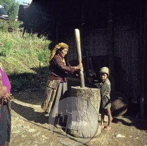 KA_5293: Domačinka še po starem načinu pripravlja moko za kruh. Foto: Aleš Kunaver.