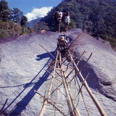 Čez reke so domačini zgradili viseče mostove, a mnoge med njimi porušijo narasle reke ali pa so zelo poškodovani, tako da je prečenje velikokrat izredno tvegano. Foto: Aleš Kunaver.
