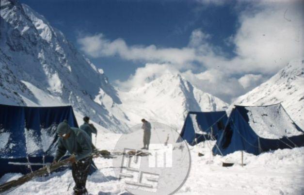 KA_72: Bazno taborišče odprave na Trisul na ledeniku Bidalgvar. Foto: Aleš Kunaver.