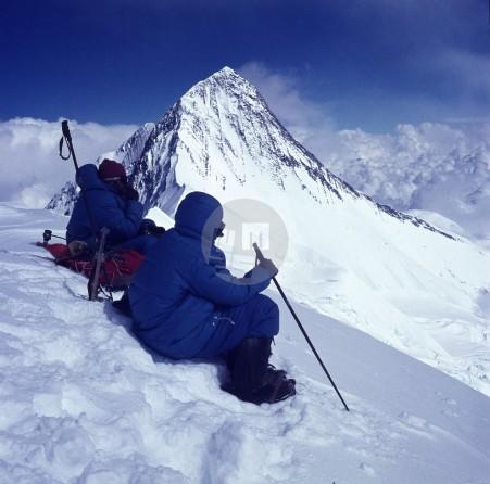 Lojze Golob (na desni) in zdravnik Jože Andlovic na vrhu Anapurne IV (7524 m) leta 1969. Foto: Aleš Kunaver.