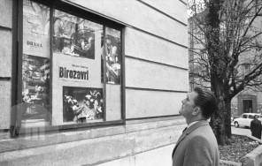 DE3678_15: Kirk Douglas si ogleduje oglasno tablo SNG Drame. Ljubljana, 7. 11. 1964. Foto: Edi Šelhaus.