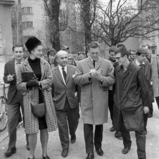 DE3678_37: Kirk Douglas na sprehodu skozi mesto. Ljubljana, 7. 11. 1964. Foto: Edi Šelhaus.