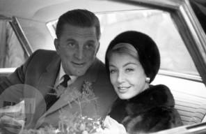 DE3678_52: Kirk Douglas z njegovo ženo Anne Buydens. Ljubljana, 7. 11. 1964. Foto: Edi Šelhaus.