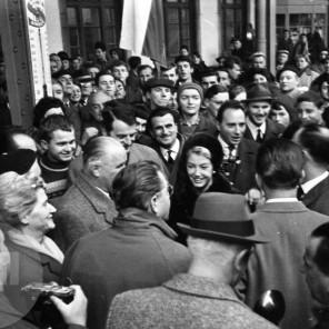 DE3678_66: Sprejem na železniški postaji. Ljubljana, 7. 11. 1964. Foto: Edi Šelhaus.
