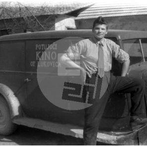 FCn02_026: Drago Burja in avto Potujočega kina Lukovica.