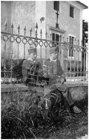 FCn122_004: Portret vojakov pred cerkvijo na Brdu pri Lukovici. Brdo pri Lukovici, 1945.