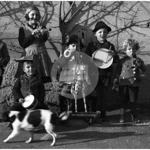 FCn_108: Otroci iz okolice Lukovice za pustni čas. Fotografija je posneta pri bližnji družini Blatnik. Lukovica.