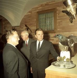 FSII1267_2: Sprejem Kirka Douglasa pri Titu. Brdo pri Kranju, 7. 11. 1964. Foto: Leon Jere.