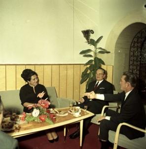 FSII1267_4: Sprejem Kirka Douglasa pri Titu. Brdo pri Kranju, 7. 11. 1964. Foto: Leon Jere.