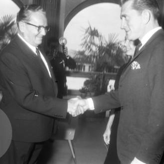 FSII868_10: Sprejem Kirka Douglasa pri Titu. Brdo pri Kranju, 7. 11. 1964. Foto: Leon Jere.