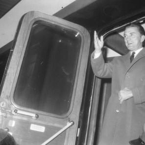 FSII868_11: Pozdrav zbranim na železniški postaji. Ljubljana, 7. 11. 1964. Foto: Leon Jere.