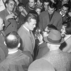 FSII868_15: Novinarji in ostali oboževalci na železniški postaji. Ljubljana, 7. 11. 1964. Foto: Leon Jere.