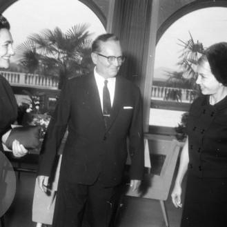 FSII868_5: Sprejem Kirka Douglasa pri Titu. Brdo pri Kranju, 7. 11. 1964. Foto: Leon Jere.