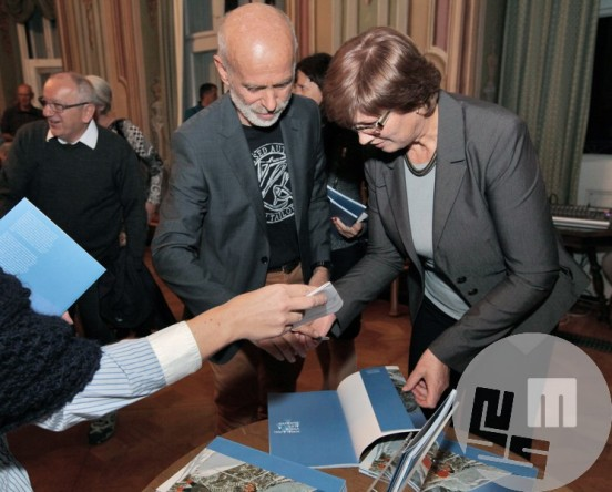 Andrej Štremfelj pri podpisovanju v spominki katalog. Foto: arhiv MNZS.