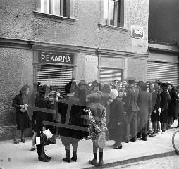 Čakanje na kruh leta 1941 v Ljubljani. Foto: Miroslav (Miran) Pavlin
