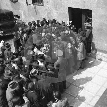 Čakanje na propusnice na dvorišču policije v Ljubljani 6. maja 1941. Foto: Miroslav (Miran) Pavlin