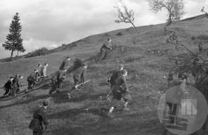 1262_27: Vojaško ujenje borcev Dolomitskega odreda jeseni 1944, foto: Anton Šibelja.