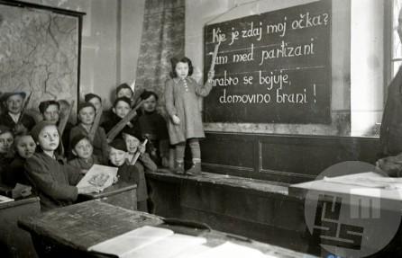 955_6: Pionirji iz Podpreske v šoli v hiši št. 12 pri Lukežovih, pri tabli Benčina Francka, učiteljica je bila Pejnovič Cilka. Podpreska, leto 1944, foto: Edi Šelhaus.