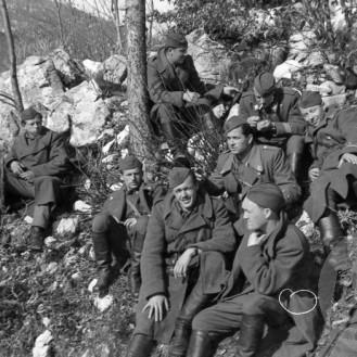 191_29a: Štab 30. divizije s štabom Kosovelove brigade v Trnovem (Kozje stene) 22. decembra 1944, foto: Božo Štajer.