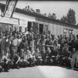 Taboriščniki v Dachau, april 1945, foto: Jugofoto.