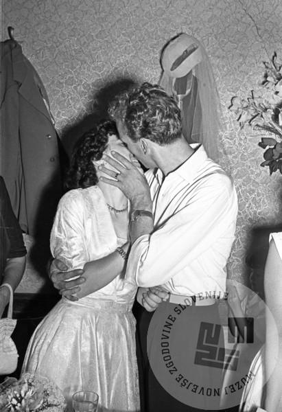 DE1077_7:Poljub novoporočencev v Trstu okoli leta 1950, foto: Edi Šelhaus, hrani Muzej novejše zgodovine Slovenije