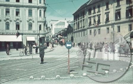 Italijanski miličnik usmerja promet na današnjem Prešernovem trgu v Ljubljani.