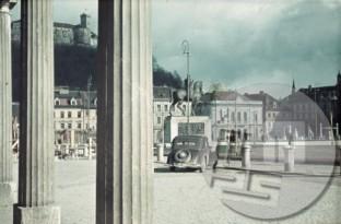 Ljubljana, Kongresni trg v prvi polovici leta 1941. V ospredju spomenik kralju Aleksandru Karadjordjeviću, delo kiparja Lojzeta Dolinarja, ki so ga odkrili 6.9.1940, 26.7.1941 pa so ga italijanski okupatorji odstranili in razbili. Stojišče fotografa za posnetek je bilo pri stavbi Kazine, kjer je bil takrat sedež liberalnih organizacij in društev, v pritličju pa kavarna Zvezda. V času italijanske zasedbe Ljubljane (od jeseni 1941) je bil v Kazini sedež poveljstva XI. Armadnega zbora.