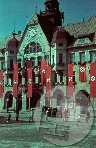 Mestna hiša na Ptuju z nemškimi okupacijskim zastavami.