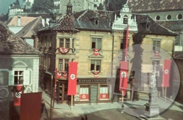 Z nemški zastavami okrašena hiša na Ptuju.