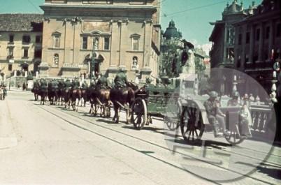 Italijanska parada junija 1941 na ljubljanskem Tromostovju.