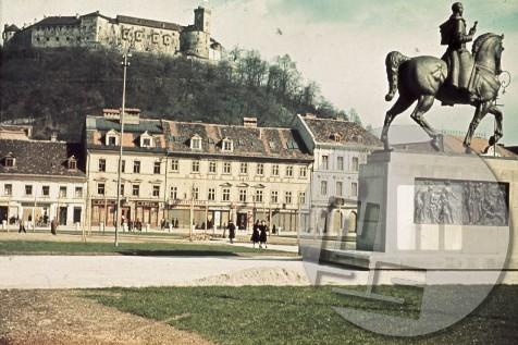Ljubljana, Kongresni trg v prvi polovici leta 1941. V ospredju spomenik kralju Aleksandru Karadjordjeviću, delo kiparja Lojzeta Dolinarja, ki so ga odkrili 6.9.1940, 26.7.1941 pa so ga italijanski okupatorji odstranili in razbili.