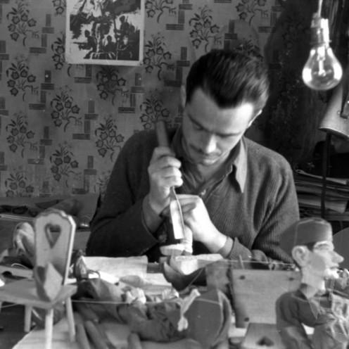 1641_42: Umetnik rezbar Lojze Lavrič izdeluje lutke za lutkovno gledališče v Črnomlju; Kiparski in umetniški oddelek, Črmošnjice, januar 1945, foto: Milan Štok.