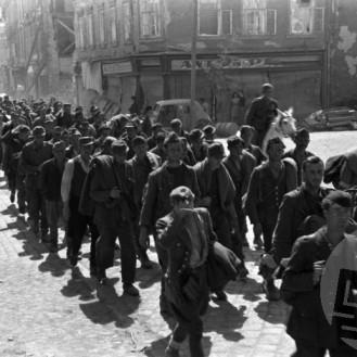 FS2262_28a: Sprevod nemških vojnih ujetnikov po ulicah Celja, maj 1945, foto: Jože Kološa.