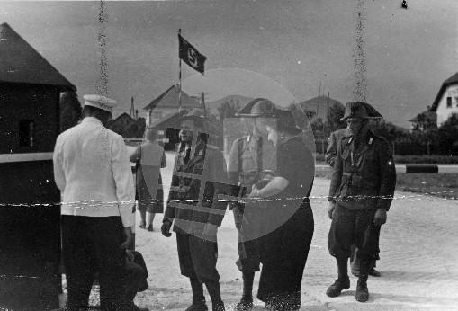 Vojaška meja med Ljubljano in Št. Vidom. Italijanski vojaki na meji preverjajo potrebno dokumentacijo za prečkanje meje. Foto: Jakob Prešeren