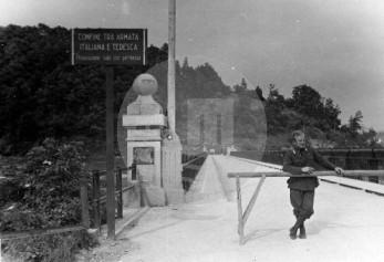 Meja med italijansko in nemško armado v Črnučah. Prehod samo z dovoljenjem. Viden napis STOJ na zapornici. Foto: Jakob Prešeren