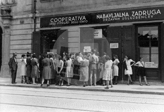 Čakanje v vrstah pred Nabavljalno zadrugo državnih uslužbencev 5. julija 1941. Foto: Jakob Prešeren
