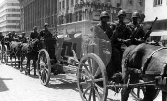 Parada ob priliki slave I. polka sardinskih grenadirjev 1. junija 1941. Italijanska artilerija pod Nebotičnikom. Foto: Jakob Prešeren