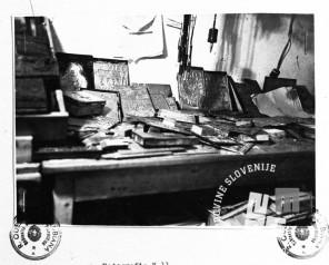 1134: Delovna miza s tiskarskim gradivom, foto: neznan.