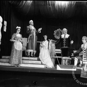 "1632_10: Prizori z Molierove komedije ""Namišljeni bolnik"", Črnomelj, februar 1945, foto: Alfred Kos."
