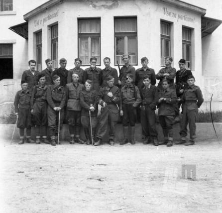 176_3: Celotni invalidski pevski zbor z zborovodjem Pahorjem, Bela krajina, 1944, foto: neznan