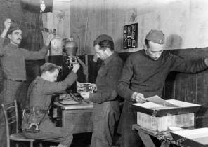 204-fotka01: Delo v fotosekciji SNOS za razstavo v hotelu Lackner v Črnomlju, od leve k desni: Edi Šelhaus, Maksimiljan Zupančič, Franjo Veselko, Daro Klopčič, 17. december 1944, foto: Franjo Veselko