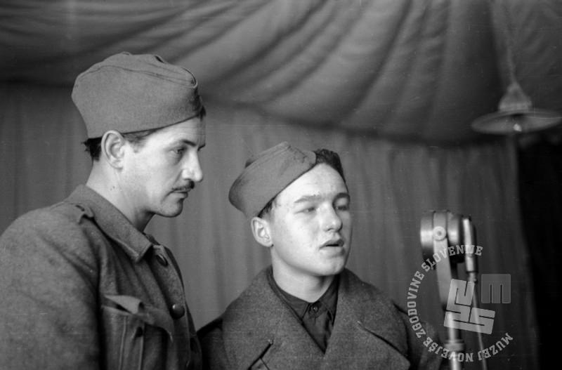 209-1617_24: V studiu radia OF - prvi z leve pisatelj Vitomil Zupan, Črnomelj, april 1945, foto: Jože Planinc.
